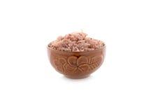 在碗的煮熟的红色米在白色 库存照片