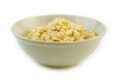 在碗的煮熟的整个糙米 免版税库存图片