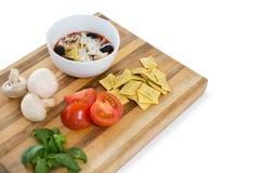 在碗的熟食由馄饨和菜在切板 免版税库存图片