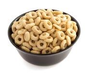 在碗的玉米片圆环在白色 免版税库存照片