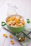 在碗的玉米片在桌上 库存图片