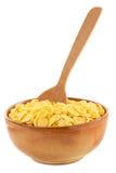 在碗的玉米片在白色 库存照片