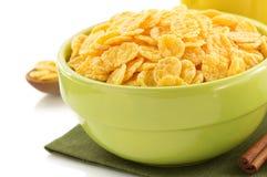 在碗的玉米片在白色 库存图片