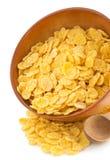 在碗的玉米片在白色 免版税图库摄影