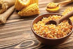 在碗的玉米种子 库存照片