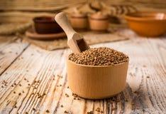 在碗的碎荞麦片在木背景 健康饮食 免版税库存照片