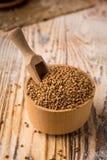 在碗的碎荞麦片在木背景 健康饮食 库存照片