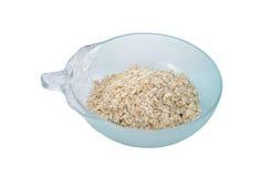 在碗的立即燕麦粥在白色 免版税库存图片