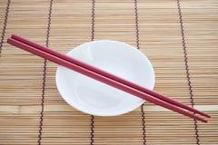 在碗的筷子。 免版税库存照片