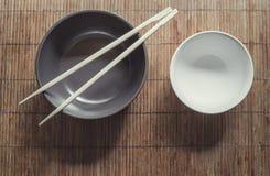 在碗的筷子 免版税库存图片