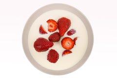 在碗的红色成熟草莓 免版税库存图片