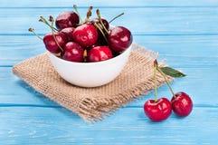 在碗的红色樱桃 库存照片
