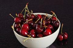 在碗的红色樱桃 免版税图库摄影