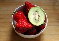 在碗的草莓和猕猴桃 免版税图库摄影