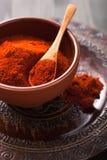 在碗的红色辣椒粉粉末香料 图库摄影