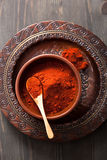在碗的红色辣椒粉粉末香料 库存图片