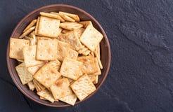 在碗的自创薄脆饼干 免版税库存图片