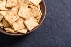 在碗的自创薄脆饼干 免版税库存照片