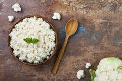 在碗的花椰菜米 顶视图,顶上,复制空间 免版税库存图片