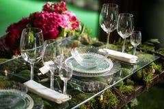 在碗的花的布置有桃红色玫瑰和八仙花属的 制表设置 库存照片
