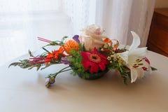 在碗的花的布置 免版税库存照片