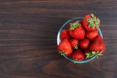 在碗的草莓 免版税库存照片