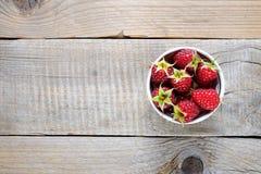 在碗的莓在木桌上 库存图片