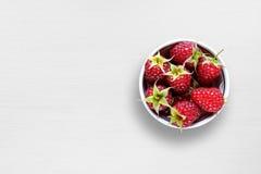 在碗的莓在桌上 免版税库存照片