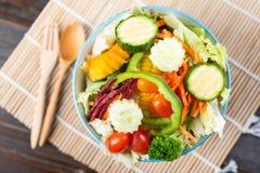 在碗的菜沙拉,顶视图 库存照片