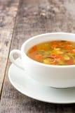 在碗的蔬菜汤在木头 库存照片