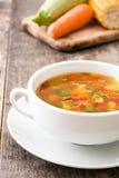 在碗的蔬菜汤在木头 免版税库存图片