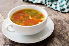 在碗的蔬菜汤在木头 免版税库存照片