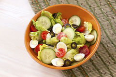 在碗的蔬菜沙拉在桌上 蕃茄、黄瓜和salat 免版税库存照片