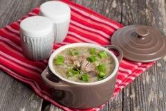 在碗的蘑菇奶油色汤 库存图片