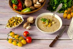 在碗的蘑菇汤纯汁浓汤 库存图片