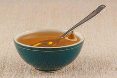 在碗的蜂蜜 免版税库存图片