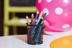 在碗的蜡笔 上色图画的铅笔,位于支持作为花瓶 多彩多姿的笔 库存照片