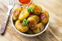 在碗的被烘烤的嫩土豆土豆 素食膳食 图库摄影