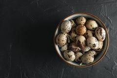 在碗的许多鹌鹑蛋在黑背景 图库摄影