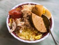 在碗的越南混杂的蒸的糯米,传统食物在越南 在越南语的Xoi xeo 免版税库存图片