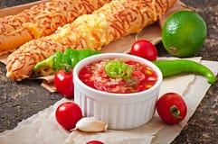 在碗的辣调味汁垂度面包 库存图片