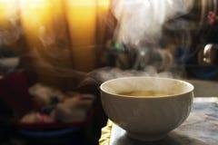 在碗的通入蒸汽的热的汤 免版税图库摄影