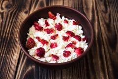 在碗的酸奶干酪用草莓 免版税库存照片