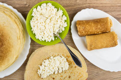 在碗的酸奶干酪,充塞在薄煎饼和准备的pancak 免版税图库摄影