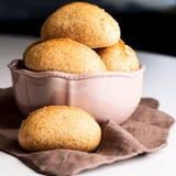 在碗的面包小圆面包 库存图片