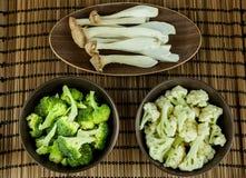 在碗的食物配制 成份包括新鲜的绿色硬花甘蓝、侧耳属Eryngii和花椰菜 库存图片