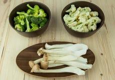 在碗的食物配制 成份包括新鲜的绿色硬花甘蓝、侧耳属Eryngii和花椰菜 免版税库存照片