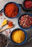 在碗的香料:咖喱桃红色和黑胡椒辣椒粉粉末 免版税库存图片