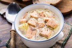 在碗的鱼汤 免版税库存图片