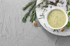 在碗的鲜美调味汁在灰色背景 库存照片